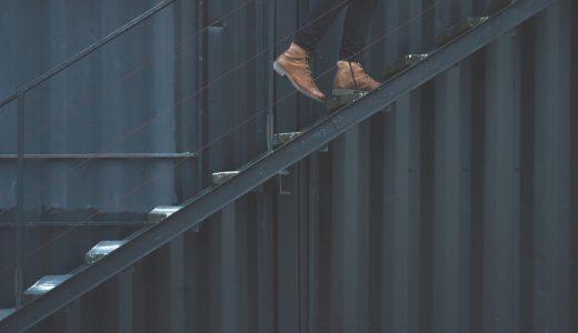 【夢占いで階段の夢の意味】登る・降りる・落ちる夢など25選